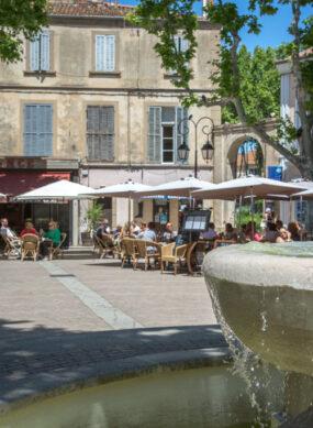 Fontaine sur la place Portalis