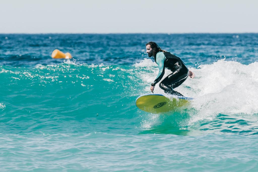 surfeur dans la baie des Lecques