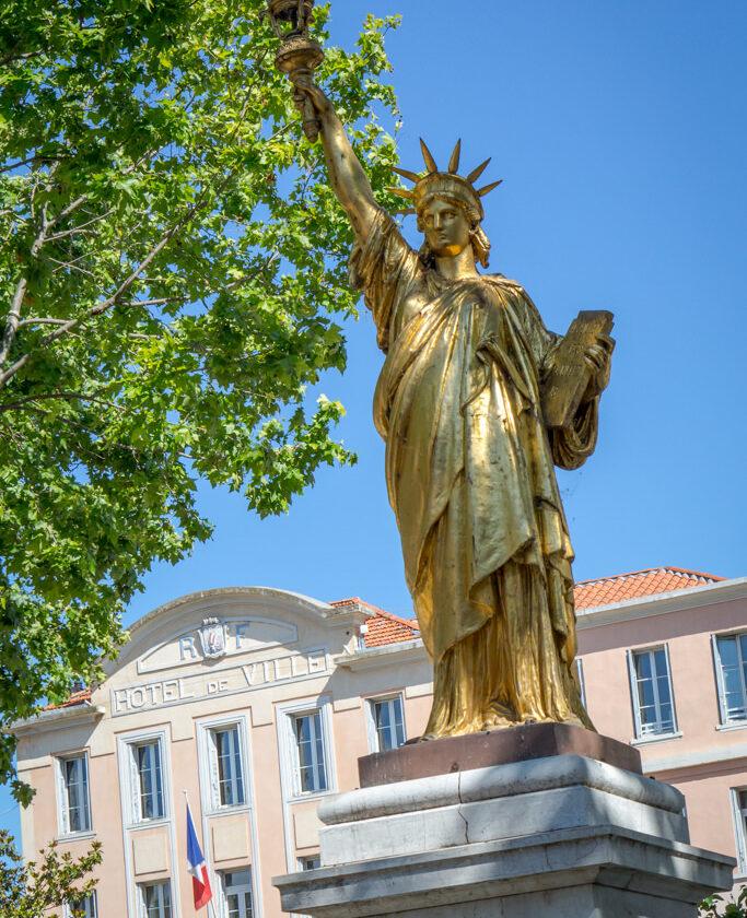 statue_de_la_liberte_place_portalis_mairie_un_patrimoine_culturel
