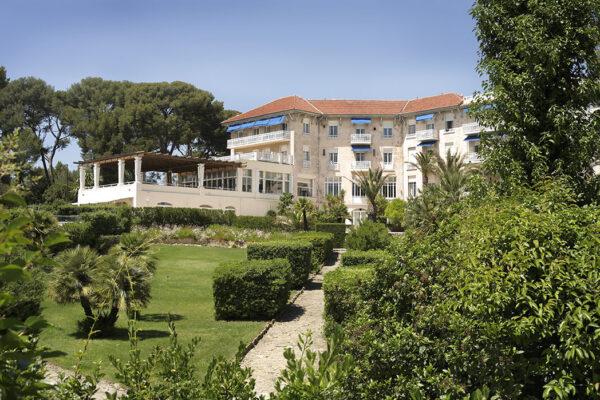 grand_hotel_les_lecques_facade_vue_parc