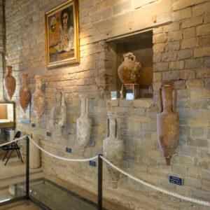 musée_de_tauroentum_amphores_sur_le_mur_interieur_vitrines_et_vestiges