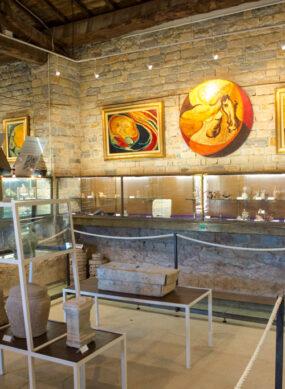 Vue de l'intérieur du musée de tauroentum Vitrines