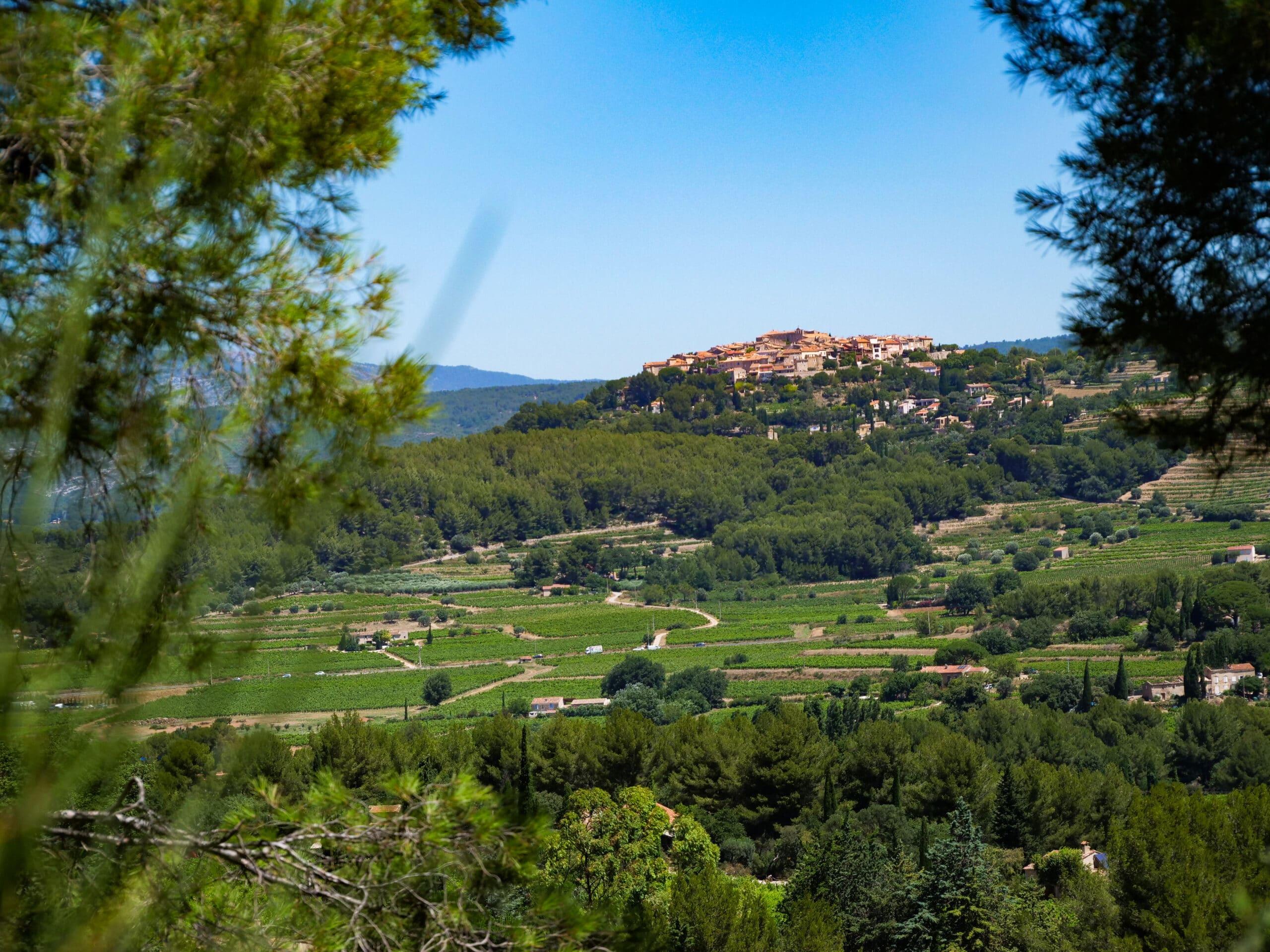 Vue sur le village médiéval du Castellet depuis La Cadière